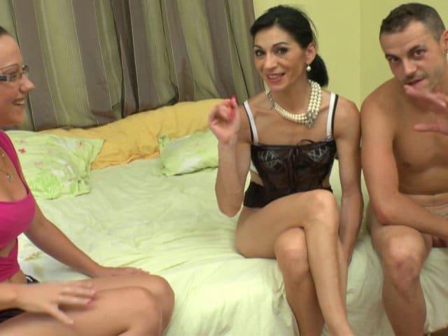 Une femme mature sexy découvre le Fist et la Sodomie profonde