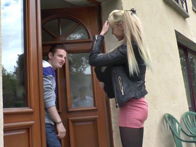Une étudiante blonde nymphomane se fait sodomiser en position de levrette