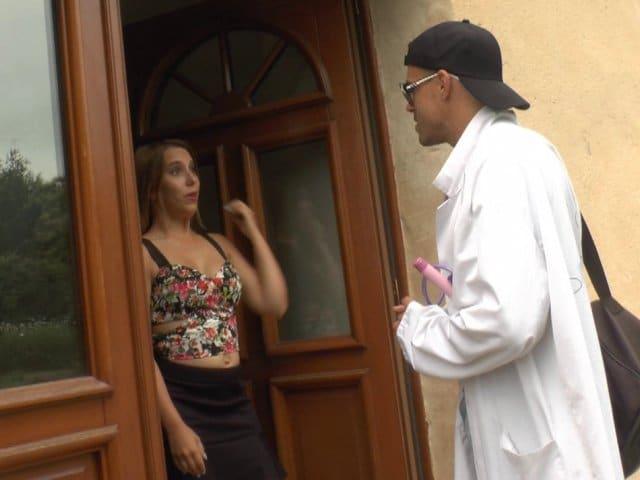 Un médecin explore le cul de sa patiente à domicile