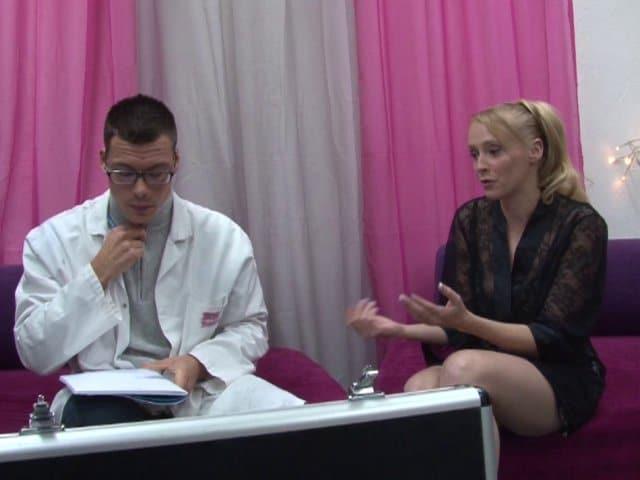 Première sodomie d'une amatrice blonde tatouée