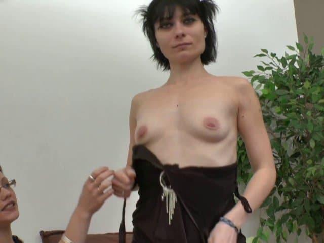 Femme brune nympho enculée à sec