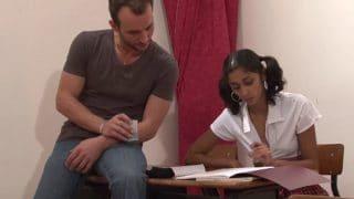 Ménage à deux entre un prof et étudiante vicieuse