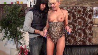 Une femme de ménage Cougar se tape un jeune dépanneur