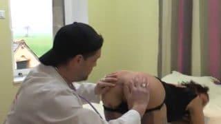 Consultation vicieuse d'un médecin friand du sexe anal