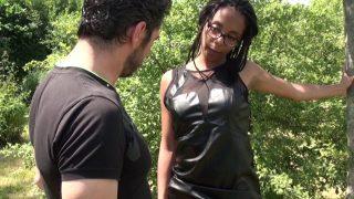 Baise hard XXX interraciale avec une Blackette en chaleur